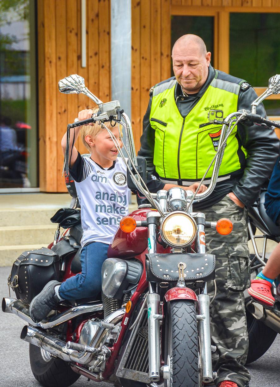 Die Kinder durften so richtig die Motoren heulen lassen. Ohrenbetäubend!